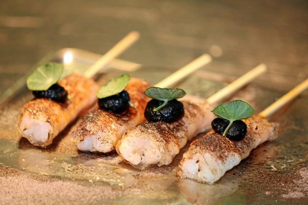Snacks fra Applaus: Jomfruhummer lardo og fermenteret hvidløg som blev serveret med Foie gras kirsebær