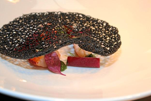 Dansk hummer med  gæret rødbede, lakrids og sprød blæk. Fra Strandhotellet Blokhus.