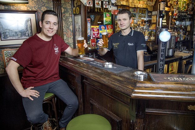 Her ses barchef Nichlas Vestergaard og indehaver Jesper Pleidrup i baren.
