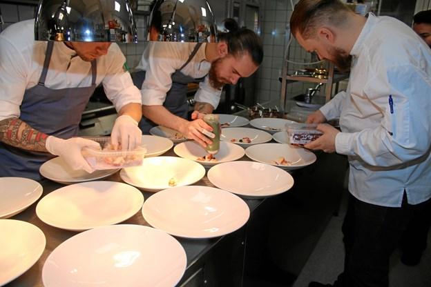 Kokkene fra Strandhotellet Blokhus under forberedelserne af forretten.