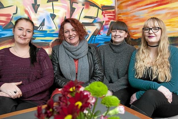 Fire af de frivillige bag loppemarkedet. Fre venstre Josefiner, Iben, Nikoline og Lea. Foto: Lasse Sand