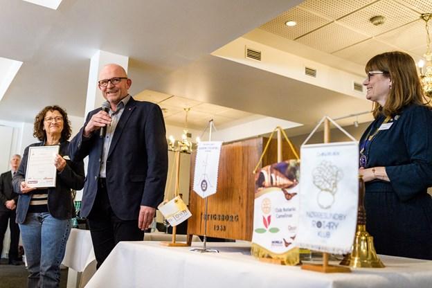 Mogens Nørgaard, formand for hospice-bestyrelsen, takker for gaven. Til venstre hospicechef Anette Agerbæk med gavebrevet på de 120.000 kr. og til højre Rotarypræsident Karina Kellmer.