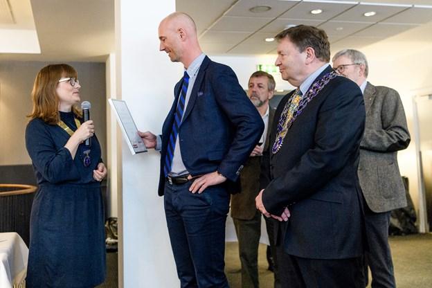 Sponsorer har hjulpet med at skaffe de 120.000 kr. Her takker Karina Kellmer en af sponsorerne Karsten Stadsing fra virksomheden Stadsing A/S. Til højre er det Rotary-distruktsguvernør Egon Jensen