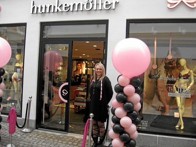 Butikschef Hannah Kofod foran den spritnye Hunkemöller i Algade 25, der havde Grand Opening fredag formiddag. Foto: Ole Skouboe