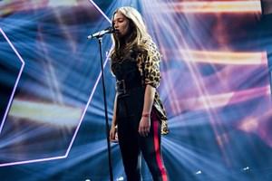 """Årgang 17/18 er temaet i fredagens udgave af """"X Factor"""". Hver af de tre dommere har to deltagere tilbage."""