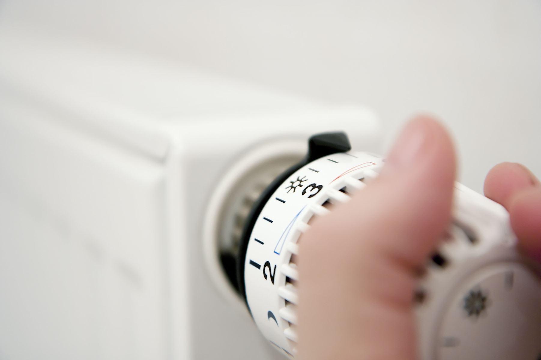 Skru langsomt ned for radiatoren indenfor, i takt med at vejret bliver varmere udenfor. Der kan være penge at spare - især for husejere.