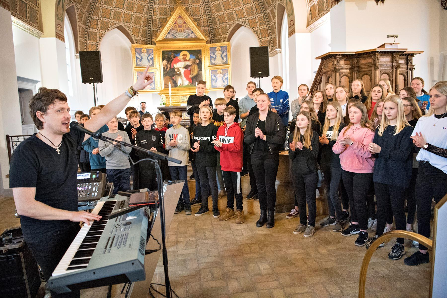 70 konfirmander øvede sig op til at give koncert i med band i ryggen i Nykøbing Kirke i fredags