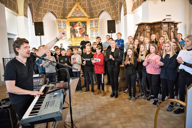 Råb, sang og swing i kirken