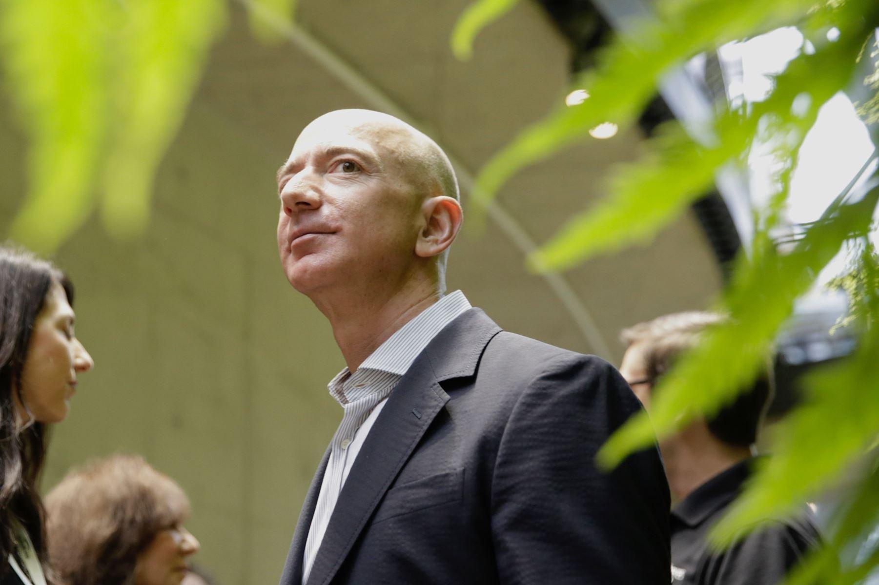 Amazon fortsætter sin himmelflugt på aktiemarkedet og er nu det næstmest værdifulde selskab i USA.