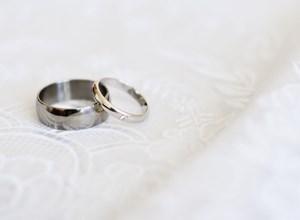 Creme, parfume og rengøringsmidler er hård kost for dine smykker og kan give permanente skader.