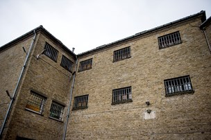 Mænd anholdt for indbrud i arrest: Ville hjælpe til flugt