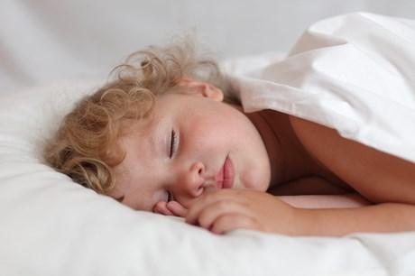 Hvisken er en måde at fange barnets opmærksomhed på, så det nemmere kan falde til ro. Derfor kan det være godt at bruge, når man læser godnathistorier.