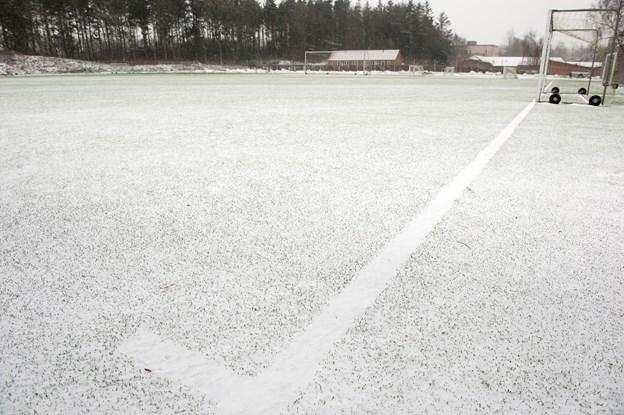 Dybfrosne fodboldbaner udsætter sæsonstart