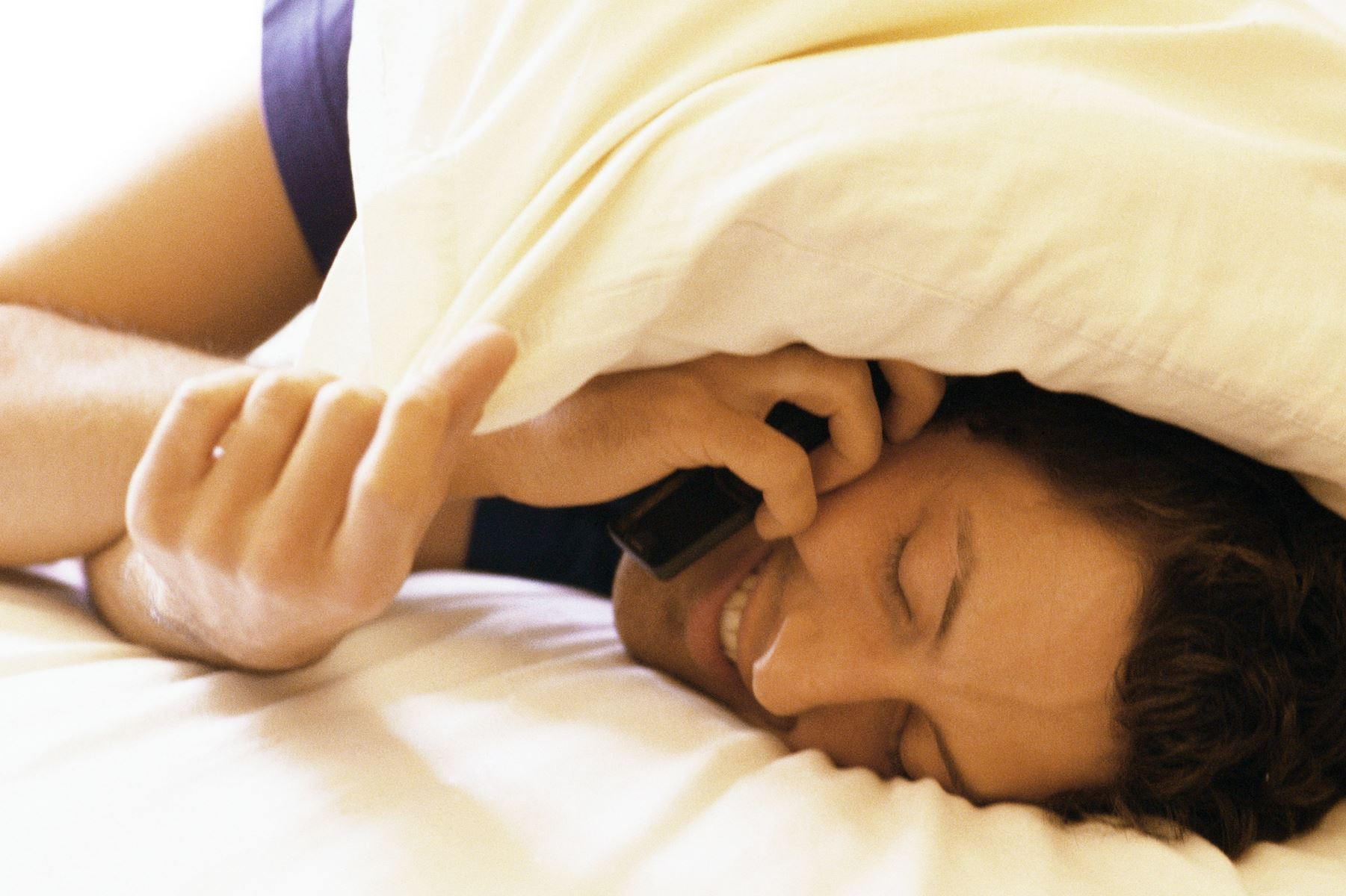 Mobilen lyser og vibrerer dag og nat i teenageværelset. Professor anbefaler at købe et vækkeur.
