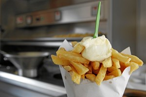 Tarmbakterierne bryder sig hverken om mayonnaise eller animalsk fedt. Professor Oluf Borbye Pedersen omsætter tarmvidenskab til brugbar hverdagsviden.