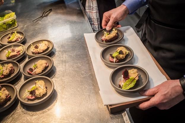 Der blev serveret mange lækre retter ved kvartfinalen. Her Wagyu filet med friteret østers og porsesnaps.
