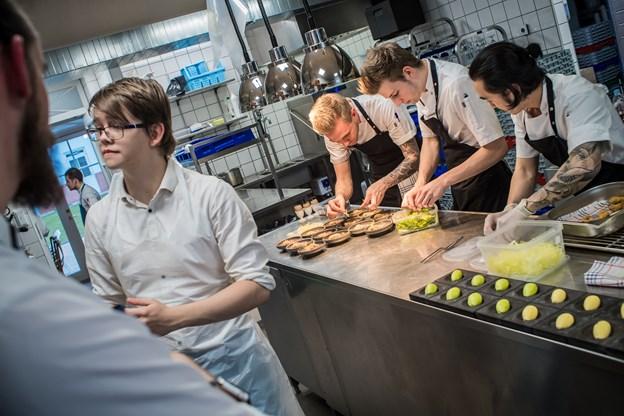 Kokkene fra Strandhotellet Blokhus og kokkene fra Mortens Kro arbejdede side om side i køkkenet.