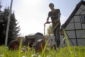 Før du tager plæneklipperen i brug, bør du give den et serviceeftersyn. Så kører den bedre og holder længere.