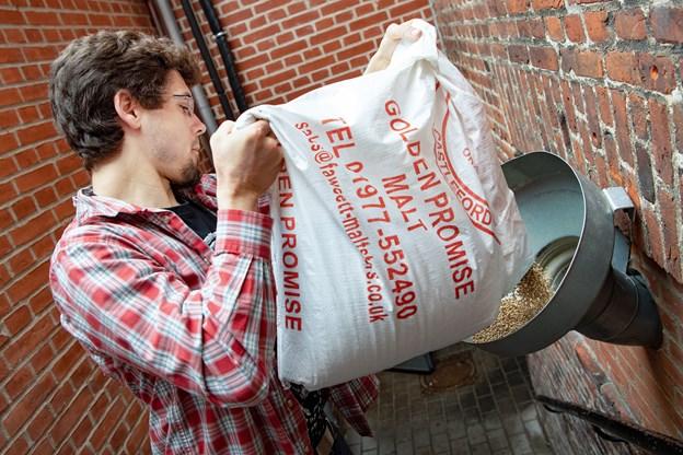 Tom Schafferhans hælder det engelske chokolade hvedemalt. Foto: Henrik Bo