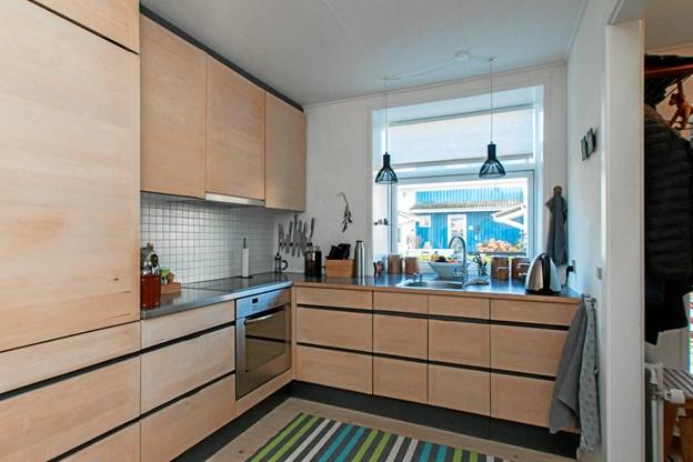 Her ses parrets køkken med udsigt til de andre farverige boliger.