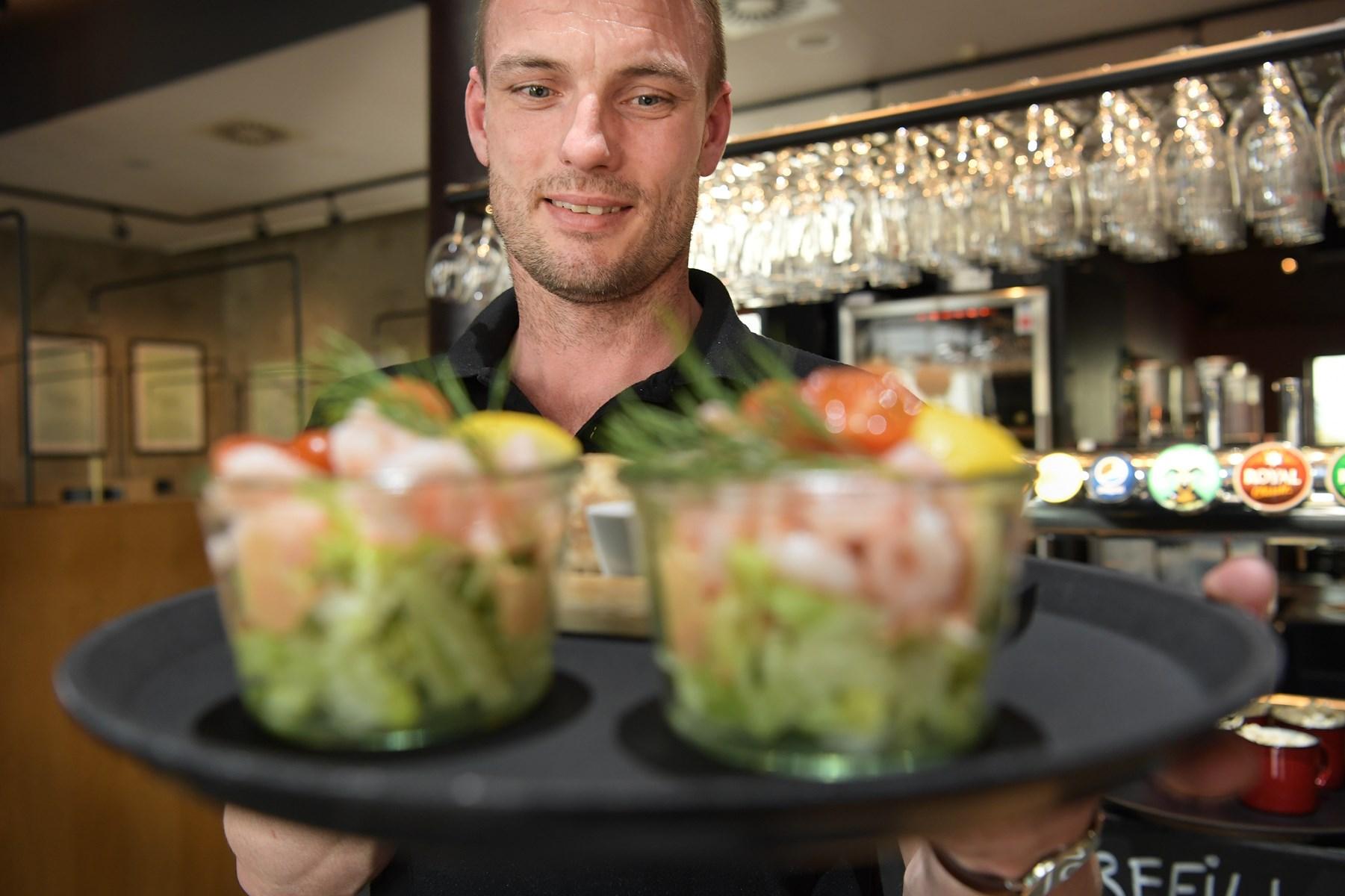Rasmus Tode, restaurationschef hos Jensens Bøfhus på Nytorv, kan nu igen servere rejecoktails for kunderne.   Foto: Claus Søndberg