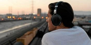 Med disse budgetvenlige hovedtelefoner kan selv dem, der ikke rejser så tit, slippe for larmen på flyet