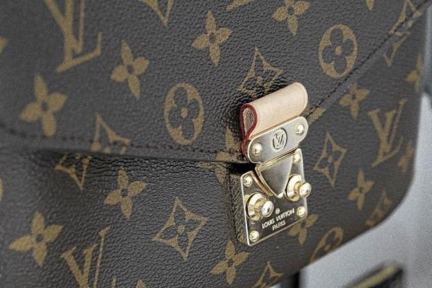 Louis Vuitton, Pochette Metis, er den mest eftertragtede taske i hendes sortiment. Man skal være på venteliste i op til et år for at købe den.