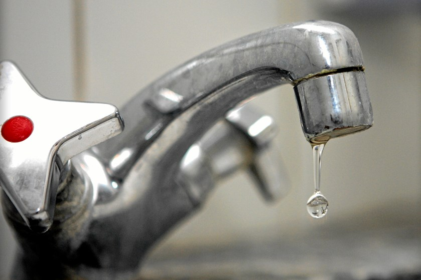 Selv om vandhaner og vaskemaskiner er i tæt kontakt med vand og sæbe, er de to ting også steder, man bør have med i sin rengøringsrutine.