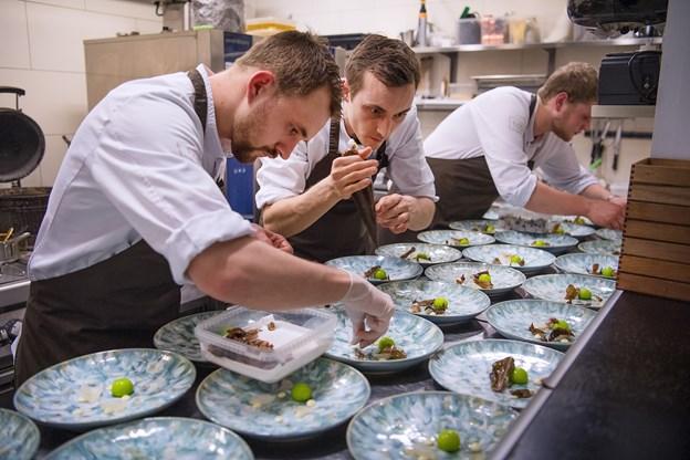Her ses kokkene fra Restaurant Tabu, der hev sejren i land.