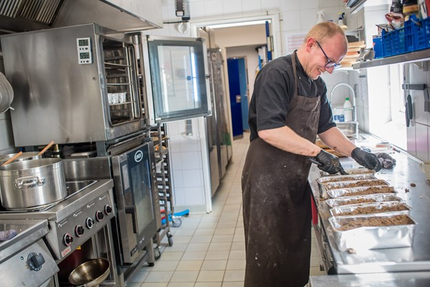 Der er fuld gang i køkkenet på Café Lindholm. Her bages der rugbrød.
