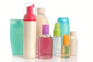 Det skal fremgå af etiketten, hvis der er mikroplast i dine plejeprodukter. Men hvordan gennemskuer man de kemiske navne?
