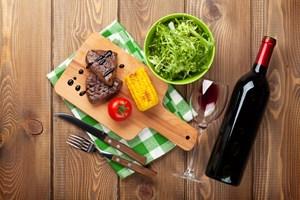 Når maden bliver grillet, får den en mere sød smag. Og det stiller nogle andre krav til de vine, der skal spille op mod maden.