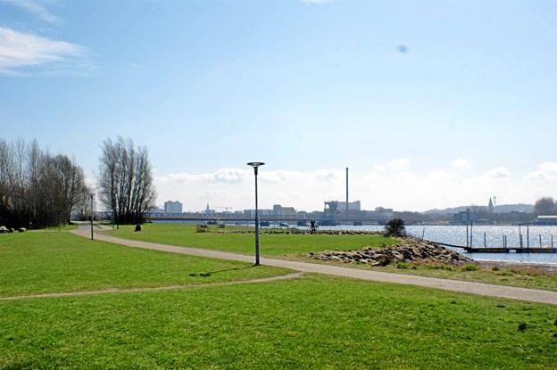 Lindholm Strandpark er et lækkert sted at nyde vejret på solsiden.