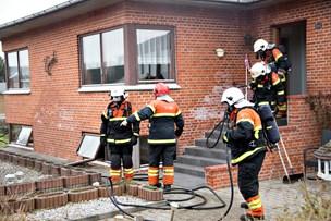 Brand i villa: Røgdykkere sendt ind