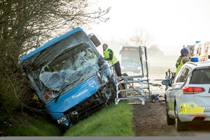Bus med skolebørn i alvorlig ulykke