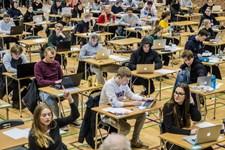 Det kan være en stressende affære at gå til eksamen, men er man forstående og optimistisk på sit barns vegne, behøver udsigten til det grønne bord ikke skræmme.