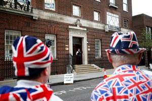 Med bil er hertuginde Kate og prins William kørt til St. Mary's Hospital i London, hvor Kate skal føde.