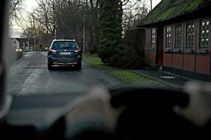 En bil, der ikke automatisk tænder baglygterne, bør indstilles til det, fastslår Rådet for Sikker Trafik