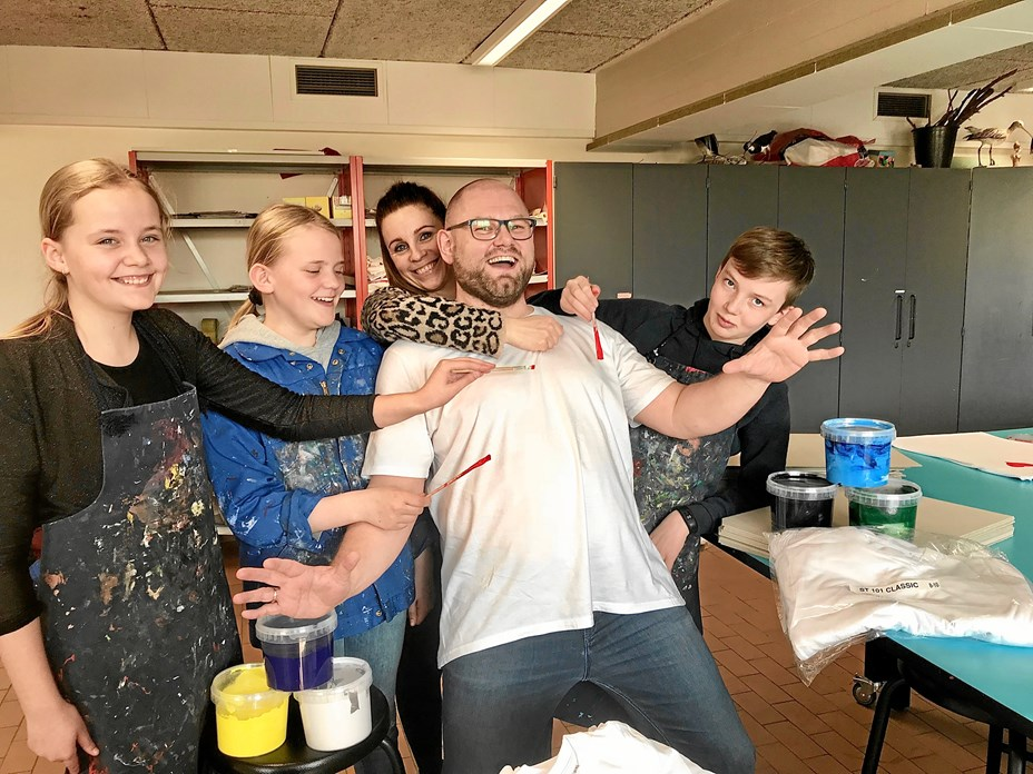 Elever pynter byen med t-shirts