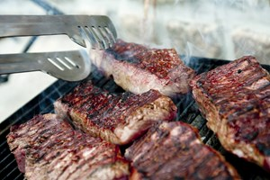 Du kan fremkalde usunde stoffer, hvis du griller dit kød forkert. Her er de gode råd til at opnå den mest velsmagende og sunde grillbøf.