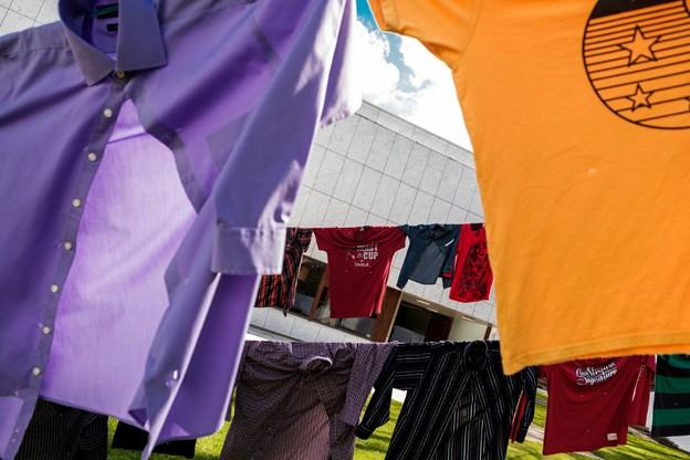 Skjorterne og enkelte T-shirts er doneret af borgerne - primært fra lokalområdet. Foto: Lasse Sand