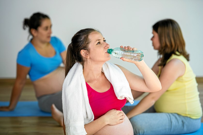 Træning og øvelser i graviditeten kan forhindre smerter og komplikationer. Du kan måske undgå en sygemelding med disse råd fra en jordemoder og fysioterapeut.