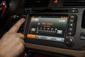 Over halvdelen af de nye biler bliver leveret uden de DAB-radioer, som ifølge regeringen skal erstatte FM.