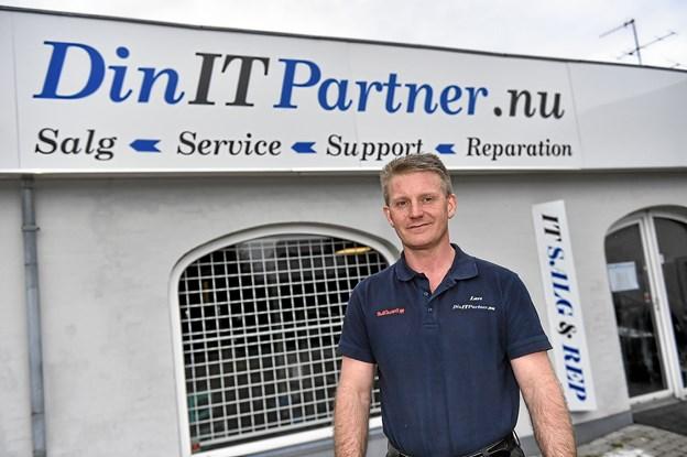 Lars Jensen er glad for sin nye store butik på Lykkesvej og siger, at han og kunderne nu har fået den plads, der manglede i gågaden.Foto: Ole Iversen