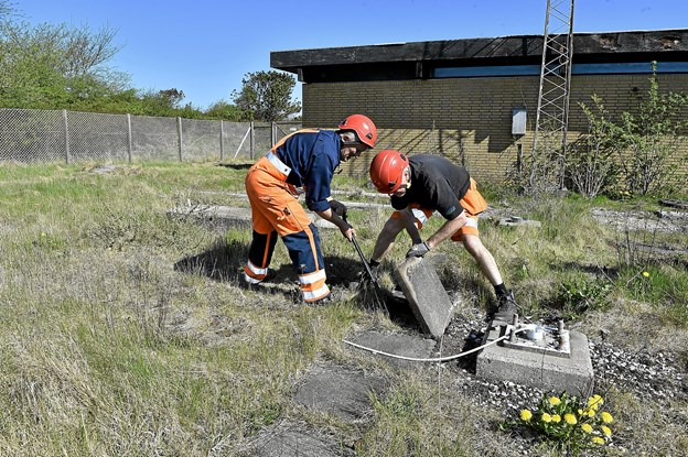 De tonstunge fundamenter og betonkanaler fjernes også fra grunden.Foto: Ole Iversen