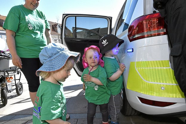 De små blå blinklys på politibilen trak børnene helt tæt på. Foto: Ole Iversen