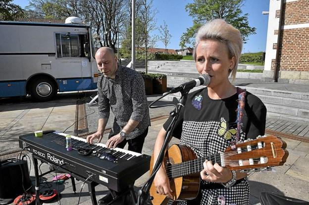 Stine Ejsing og Thomas Antunes fra Thisted Musikskole stod for underholdningen og klangbunden til fællessangen. Foto: Ole Iversen