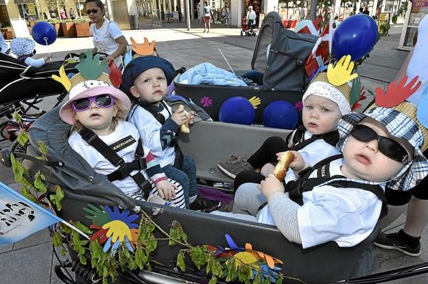Fordi man kun er et par år gammel, kan man altså godt være cool i barnevognen. Fra venstre: Lærke, Tajus, Liva og Peter. Foto: Ole Iversen