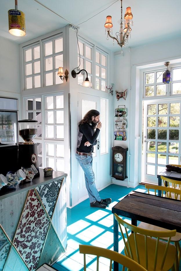 Kaffebaren er primært bygget af genbrugsmaterialer. Vindfanget er f.eks. lavet af de vinduer, man har pillet ud af facaden for at sætte døre i.