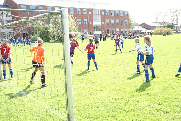 Nogle hold var i aktion allerede torsdag formiddag, blandt andet disse to pigehold. Foto: Ole Skouboe